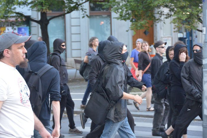 Pizzeria anarchists block street after eviction