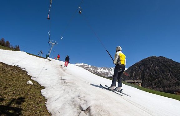 Skiers warned to avoid illegal instructors
