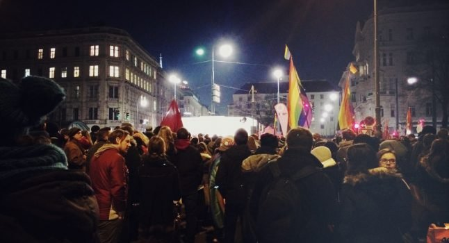 Thousand-strong crowd for Vienna 'kiss demo'