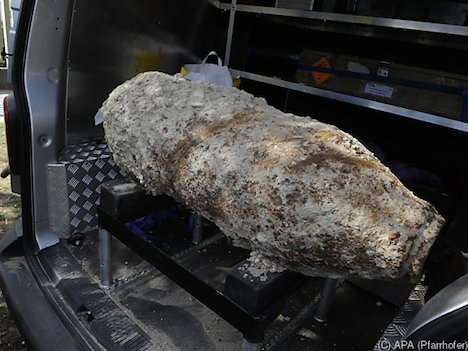 Large WW2 bomb being defused in Vienna