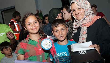 Thousands offer time and money to help refugees