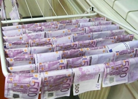 Mystery of floating banknotes in Danube