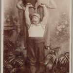 A man shows off his strength to visitors to the Prater fairground.Photo: Wien Museum