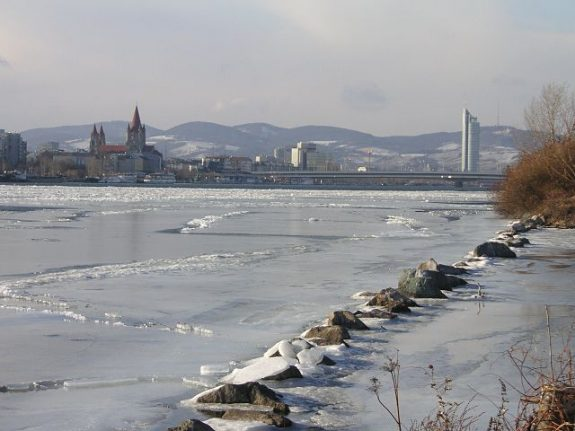 Woman falls through ice on Alte Donau while skating at own risk