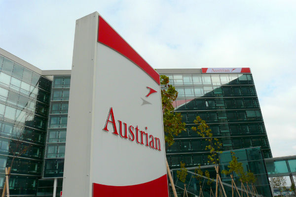 Brain surgeon sues Austrian Airlines over folding-tray finger injury