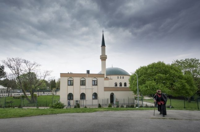 Austrian Muslims denounce decision to close mosques and expel imams