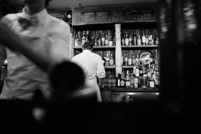 Waiters prepare drinks at a bar. Black and white picture. Photo: Pixabay